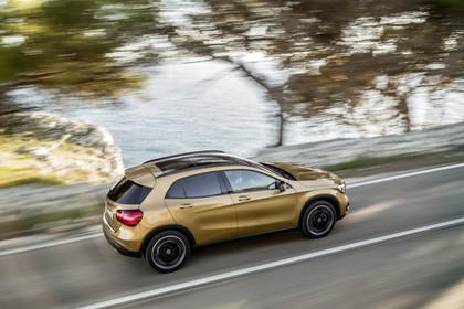 Mercedes-Benz GLA X156 Aussenansicht Seite erhöht dynamisch gold