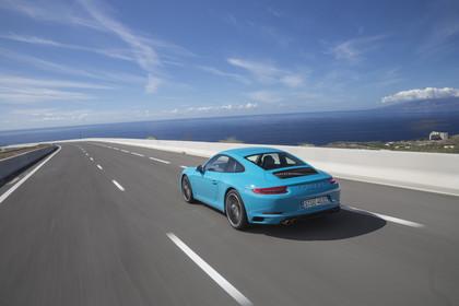 Porsche 911 Carrera S 991.2 Aussenansicht Heck schräg dynamisch blau