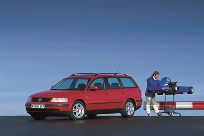 VW Passat Variant B5 Aussenansicht Front schräg statisch rot