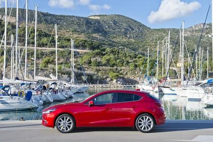 Mazda 3 BM Fünftürer Aussenansicht Seite statisch rot