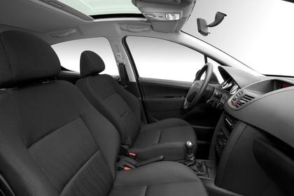 Peugeot 207 W Dreitürer Innenansicht statisch Studio Vordersitze und Armaturenbrett beifahrerseitig