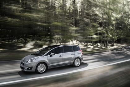 Peugeot 5008 Van Aussenansicht Seite schräg dynamisch silber