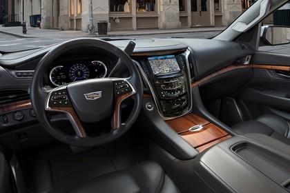 Cadillac Escalade GMTK2XL Innenansicht statisch Vordersitze und Armaturenbrett fahrerseitig