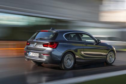 BMW 1er Dreitürer F21 Aussenansicht Heck schräg dynamisch grau
