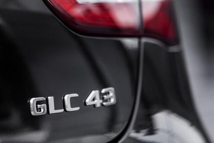Mercedes-AMG GLC 43 4MATIC Coupé C253 Aussenansicht Heck schräg statisch Detail GLC 43 Schriftzug schwarz