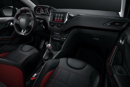 Peugeot 208 GTi A9 Innenansicht statisch Studio Vordersitze und Armaturenbrett beifahrerseitig