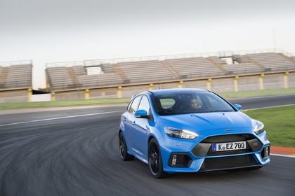Ford Focus RS DYB-RS Aussenansicht Front schräg dynamisch blau