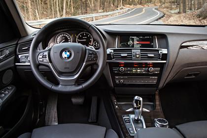 BMW X3 F25 Facelift Innenansicht Fahrerposition statisch Holz schwarz