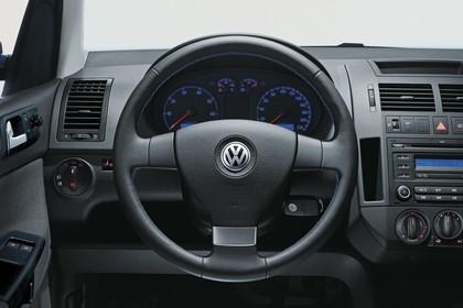 VW Polo 9N Fünftürer Facelift Innenansicht statisch Studio Lenkrad und Armaturenbrett fahrerseitig