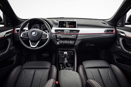 BMW X1 F48 Facelift Innenansicht zentral Studio statisch schwarz