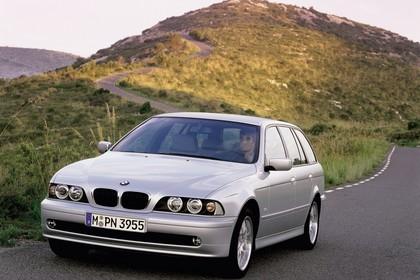 BMW 5er Touring E39 LCI Aussenansicht Front schräg dynamisch silber