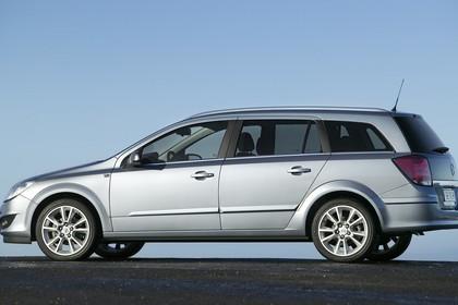 Opel Astra H Caravan Aussenansicht Seite statisch silber