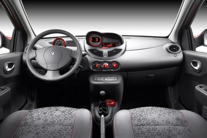 Renault Twingo N Dreitürer Innenansicht statisch Studio Vordersitze und Armaturenbrett