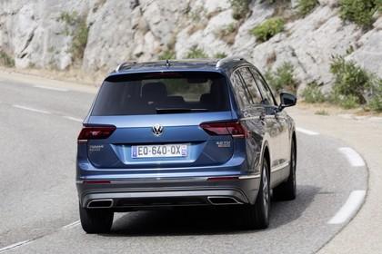 VW Tiguan Allspace AD Aussenansicht Heck schräg dynamisch blau