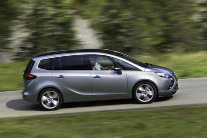 Opel Zafira C Tourer Aussenansicht Seite dynamisch silber
