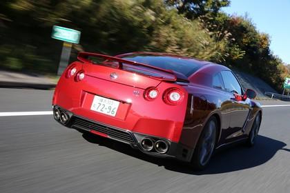 Nissan GT-R R35 Aussenansicht Heck schräg dynamisch rot