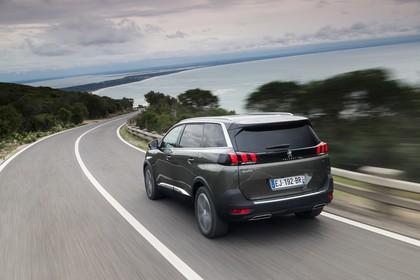 Peugeot 5008 SUV Aussenansicht Heck schräg dynamisch grau