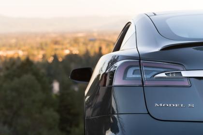 Tesla Model S Aussenansicht Heck statisch Detail Rückleuchte links und Model S Schriftzug