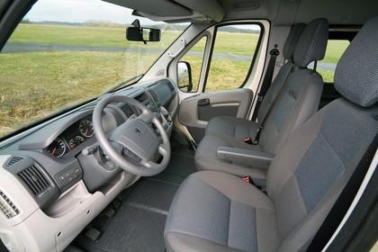 Peugeot Boxer Kombi 250 Innenansicht statisch Vordersitze und Armaturenbrett fahrerseitig