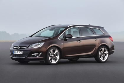 Opel Astra J Sports Tourer Facelift Aussenansicht Seite schräg statisch braun
