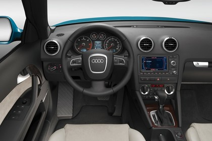 Audi A3 8P Cabrio Innenansicht Fahrerposition Studio statisch beige schwarz