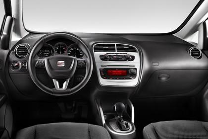 SEAT Altea XL 5P Facelift Innenansicht statisch Studio Vordersitze und Armaturenbrett fahrerseitig