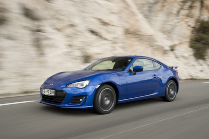 Subaru BRZ Aussenansicht Seite schräg dynamisch blau