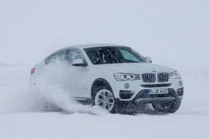 BMW X4 Aussenansicht Front schräg dynamisch weiss