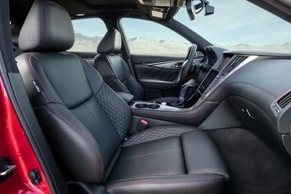 Infiniti Q50 Innenansicht statisch Vordersitze und Armaturenbrett beifahrerseitig
