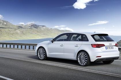 Audi A3 8V Sportback e-tron Aussenansicht Heck schräg dynamisch weiss