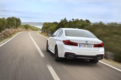 BMW 5er G30 M Performance Parts Aussenansicht Heck schräg dynamisch weiss