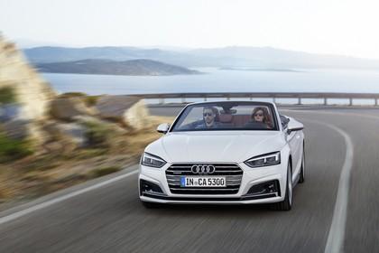 Audi A5 Cabriolet Aussenansicht Front schräg dynamisch weiss