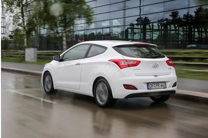 Hyundai i30 Coupe GD Aussenansicht Heck schräg dynamisch weiss