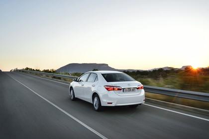 Toyota Corolla E170 Aussenansicht Heck schräg dynamsich weiß