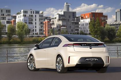 Opel Ampera Aussenansicht Heck statisch weiss