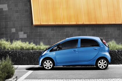 Peugeot iOn Aussenansicht Seite statisch blau