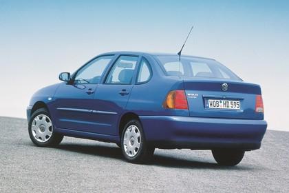 VW Polo 3 Limousine 6N Aussenansicht Heck schräg statisch blau