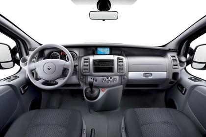 Renault Trafic II Facelift Innenansicht statisch Studio Vordersitze und Armaturenbrett