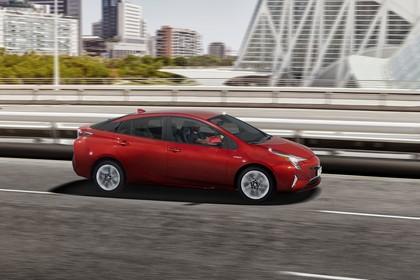 Toyota Prius XW5 Aussenansicht Seite schräg dynamisch rot