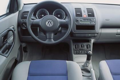 VW Polo 3 Dreitürer 6N Facelift Innenansicht statisch Studio Vordersitze und Armaturenbrett fahrerseitig