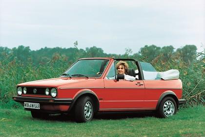 VW Golf 1 Cabrio Aussenansicht Front schräg statisch rot