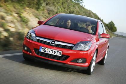 Opel Astra J GTC Aussenansicht Front dynamisch rot