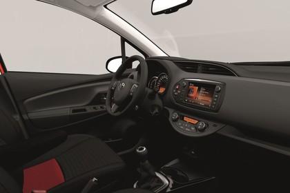 Toyota Yaris (XP13) Innenansicht Fahrersitz und Armaturenbrett studio statisch