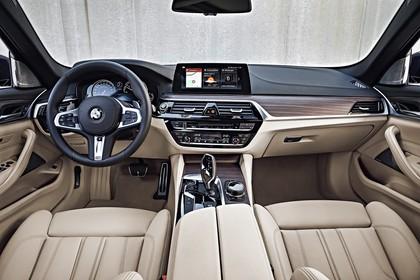 BMW 5er G31 Touring Innenansicht zentral statisch beige
