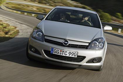 Opel Astra J GTC Aussenansicht Front dynamisch silber