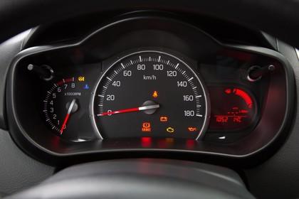 Suzuki Celerio Innenansicht statisch Detail Tacho
