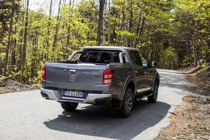 Fiat Fullback KT0T Aussenansicht Heck schräg statisch grau
