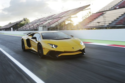 Lamborghini Aventador SV Aussenansicht Front schräg dynamisch gelb