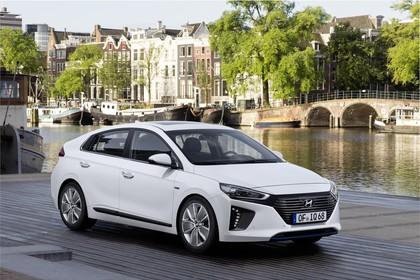 Hyundai IONIQ Hybrid Aussenansicht Front schräg statisch weiss