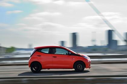 Toyota Aygo Aussenansicht Seite dynamisch rot
